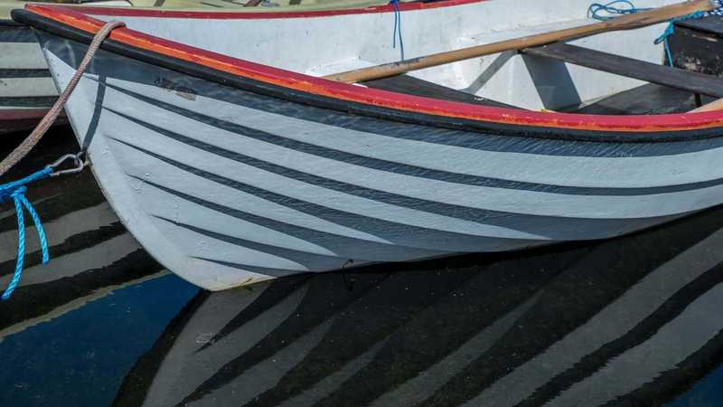 Boot spiegelt sich im Wasser
