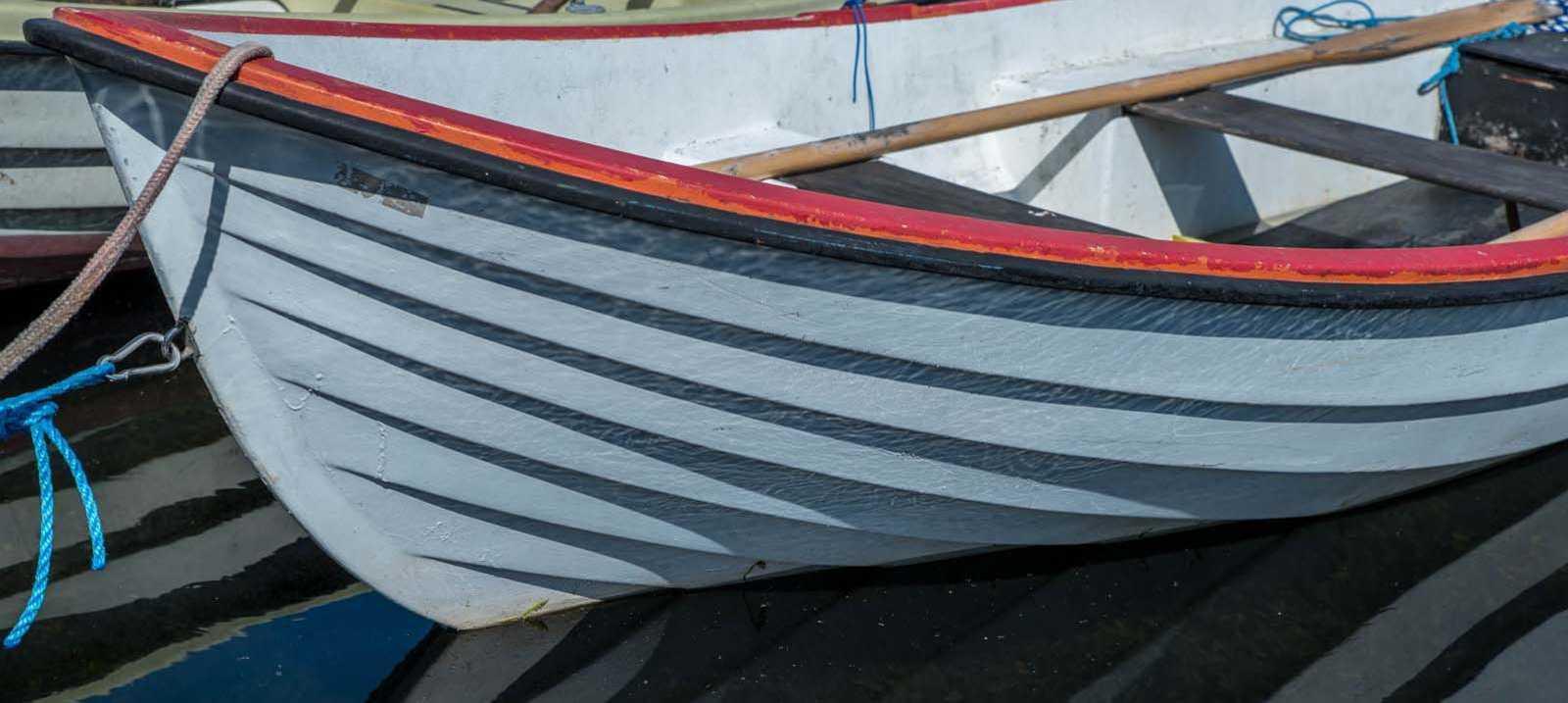 Holzboot spiegelt sich im Wasser