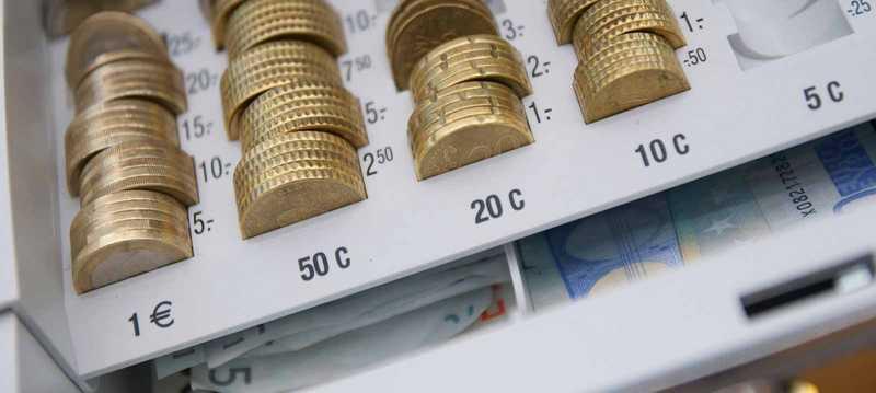 Münzen in einer Handkasse