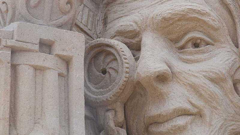 Auge in einer Sandskulptur