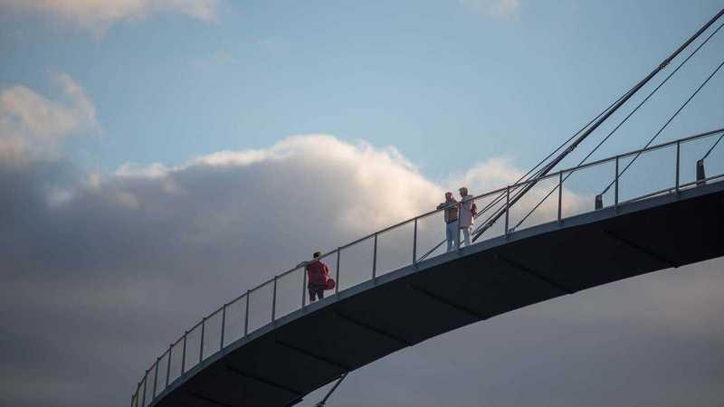 Brücke mit Menschen