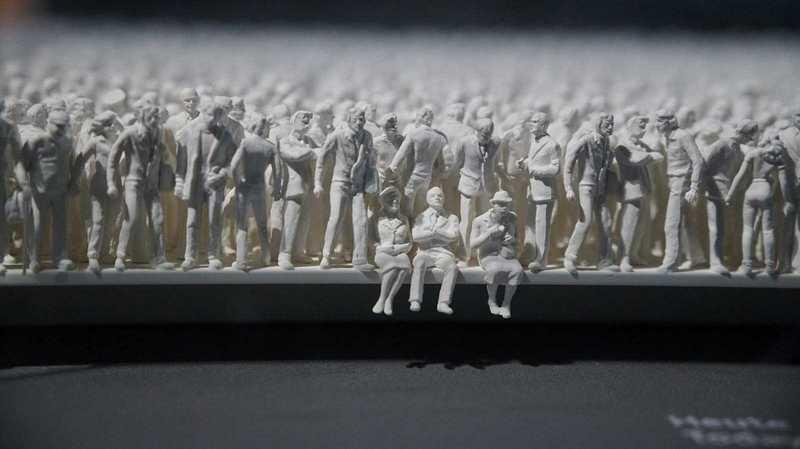 weisse Männer sitzen und stehen