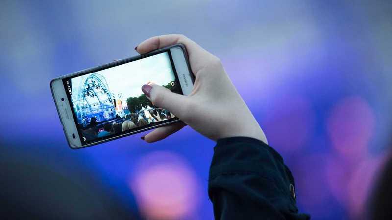 Smartphone in die Hand nehmen