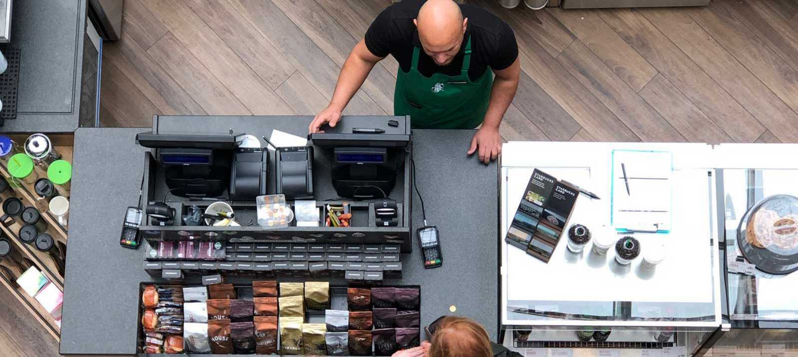 Barista verkauft Kaffee