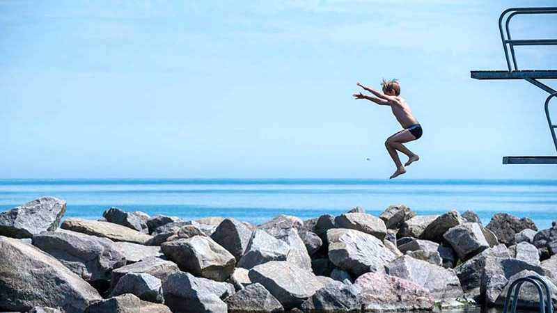 Kind springt ins Wasser