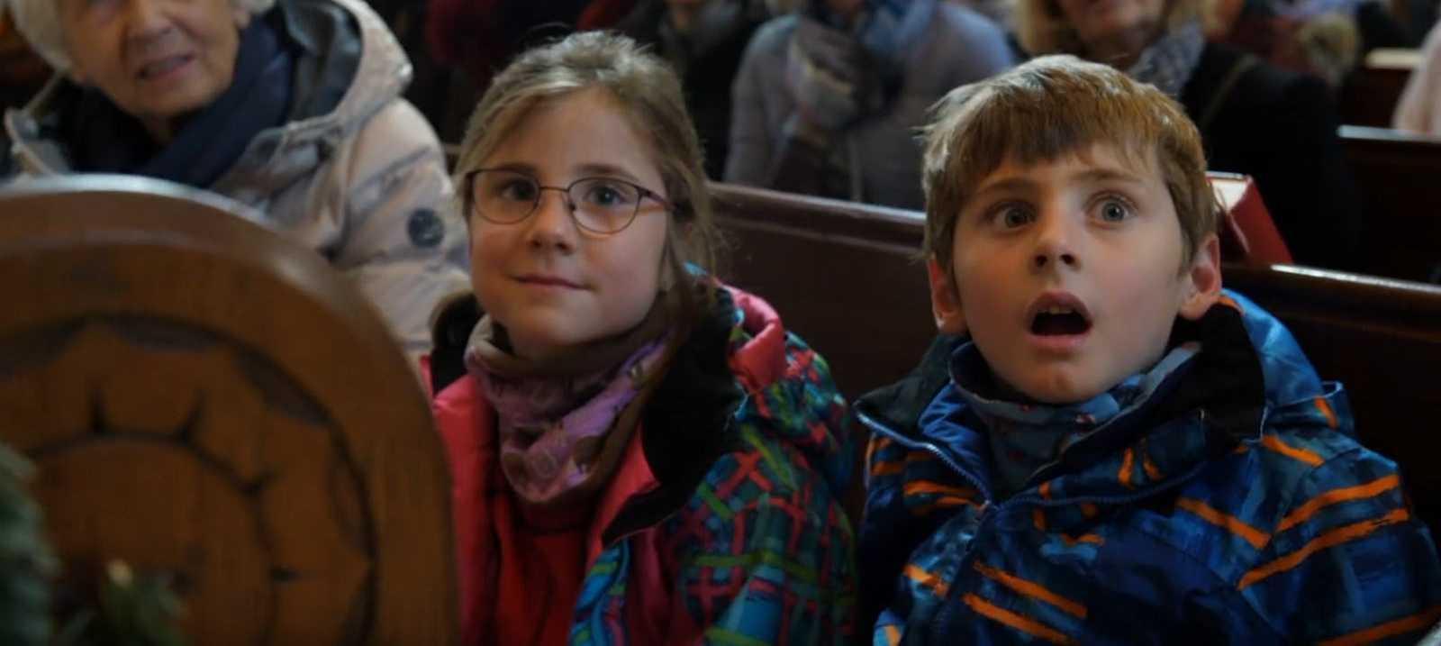 Kinder in einer Kirchenbank