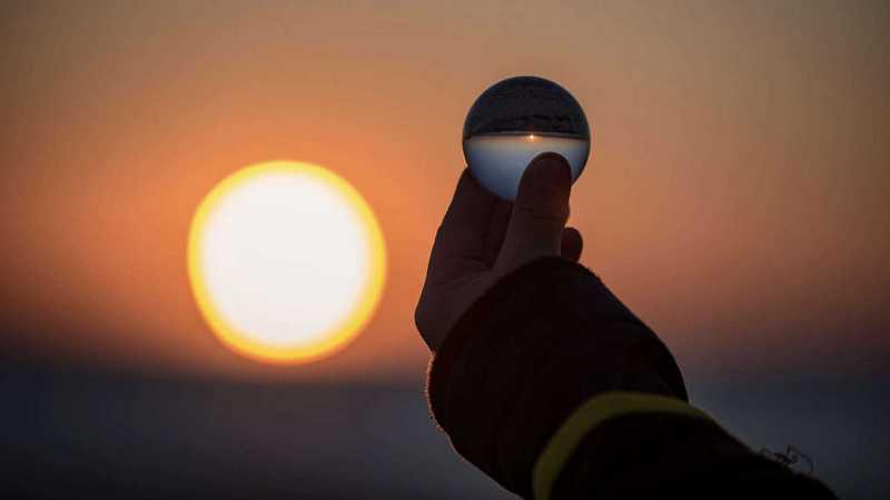 Sonnenlicht spiegelt sich in Glaskugel