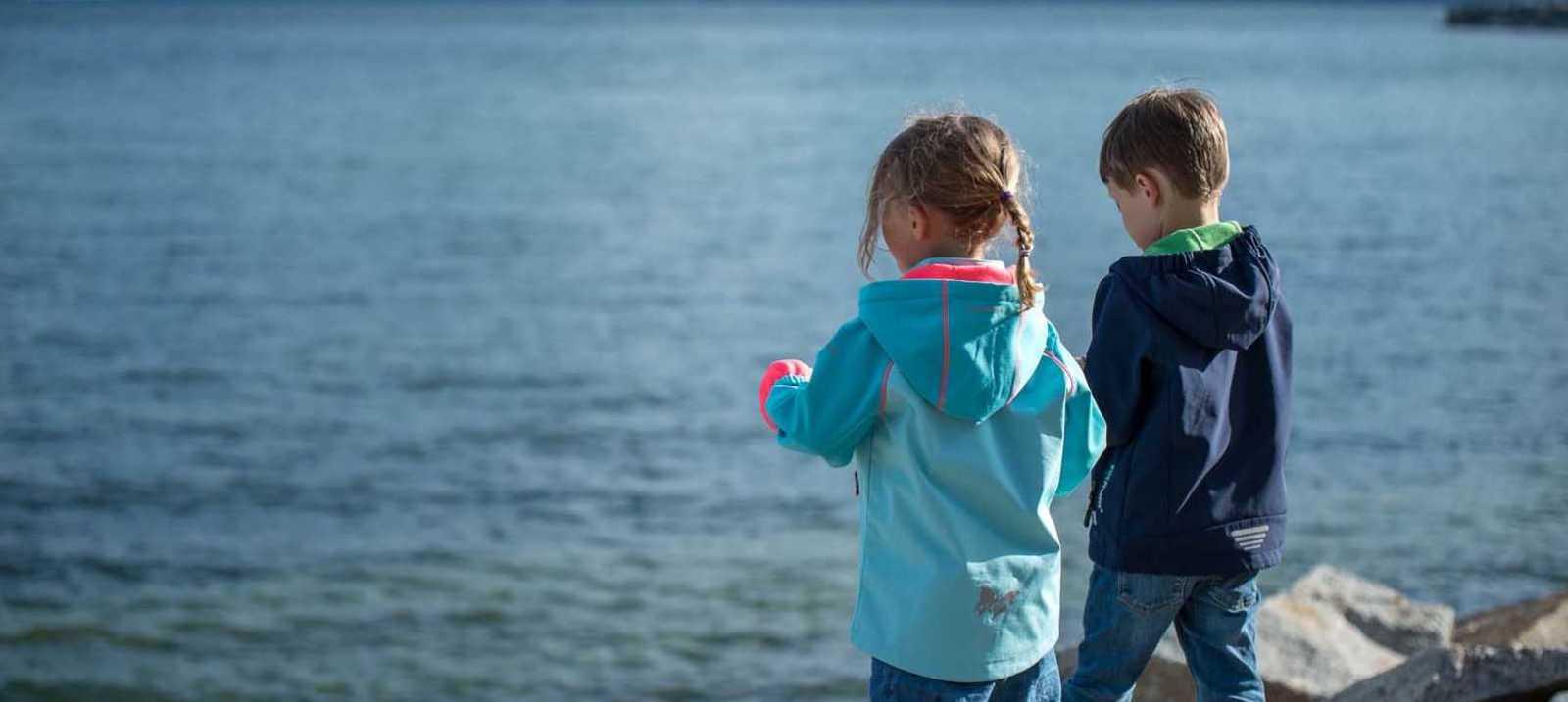 Kinder an der Küste
