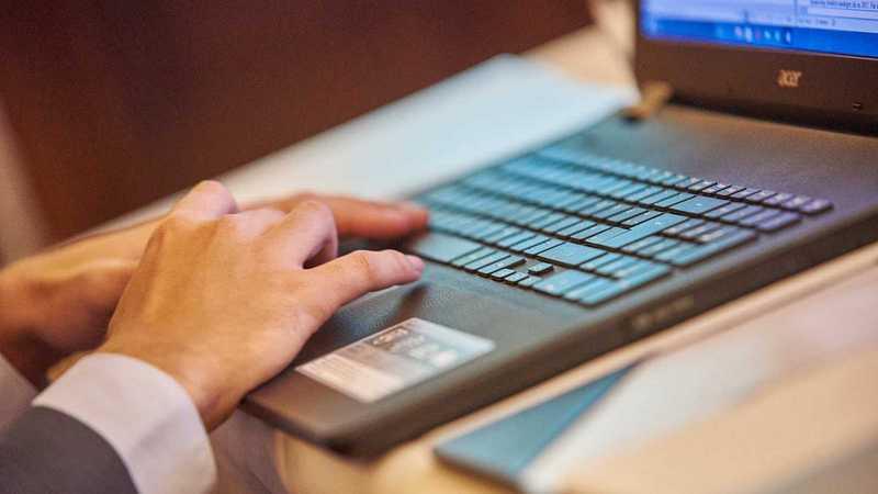 auf dem Laptop tippen