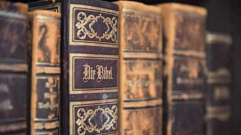 alte Bibel im Regal